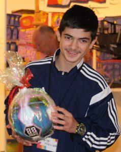 Mohin (12) freut sich über das Fußballgeschenk vom Kunstverein Glinde