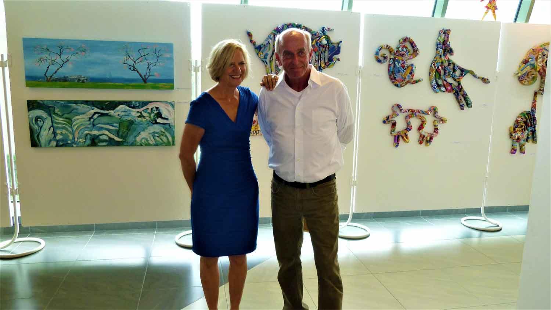 Alice S. Zeuge Und Leonard Te Nyenhuis In Der Ausstellung